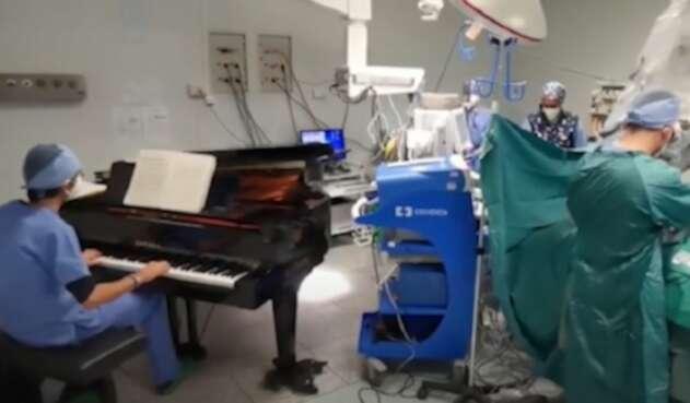 Doctor toca piano durante operación