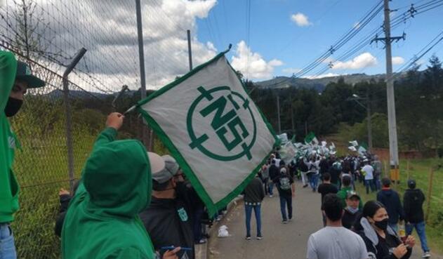 Los hinchas se aglomeraron a las afueras de la sede del equipo en Guarne, Antioquia.