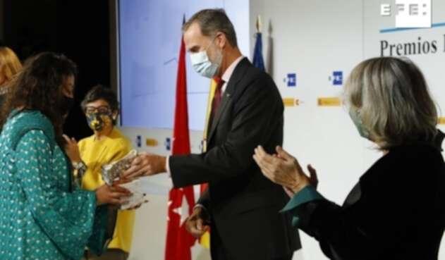 Carolay Morales recibe galardón de las manos del rey Felipe VI