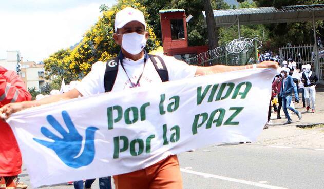 Marcha de exguerrilleros de las Farc hacia la Plaza de Bolívar.