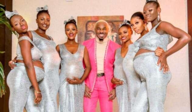 Hombre llega a una boda con sus seis novias