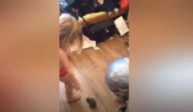 niña sorprende a su gato