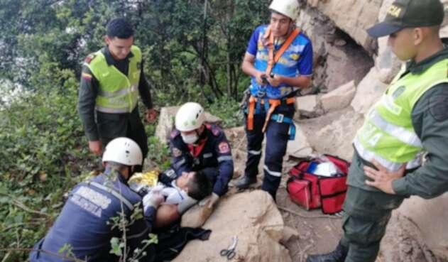 Rescatan a un hombre que cayó a un abismo