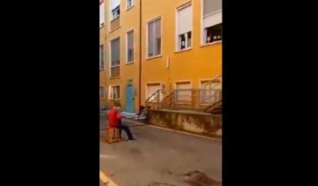 Abuelo italiano lleva serenata