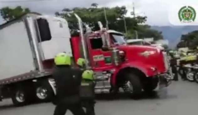 [Video] Persecución de película en Medellín, robaron un camión cargado con $300 millones en licor