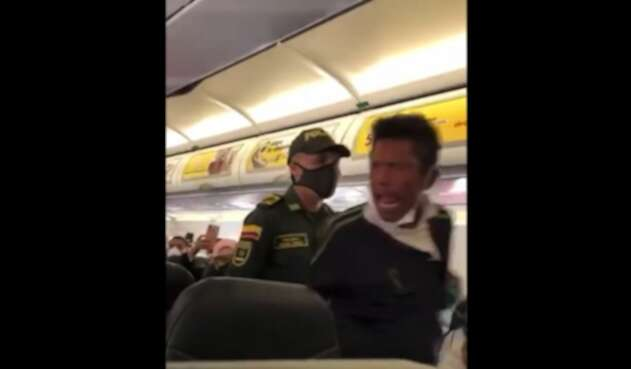 El hombre estaba en estado de alicoramiento y tuvo que ser bajado de la aeronave