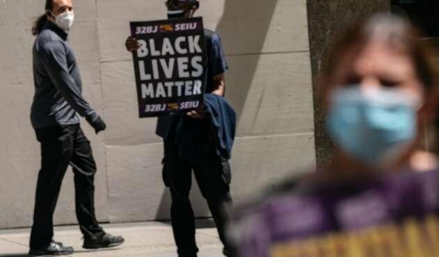 Videos publicados en redes sociales mostraron a personas con ropa negra y amarilla y chalecos antibalas, prendiendo fuego a los carteles.