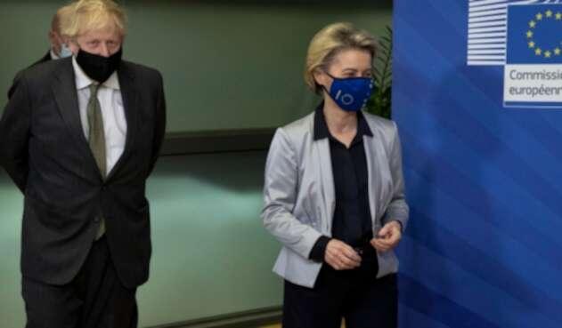 Boris Johnson, primer ministro británico y Ursula von der Leyen, presidenta de la Comisión Europea