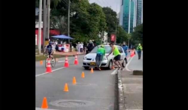 Carro en ciclovía de Medellín
