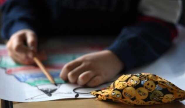 Niños regresan a clases durante pandemia usando tapabocas