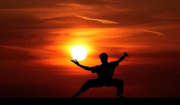 Un profesor de kung fu se entrena recibiendo golpe con un tronco en los testículos.