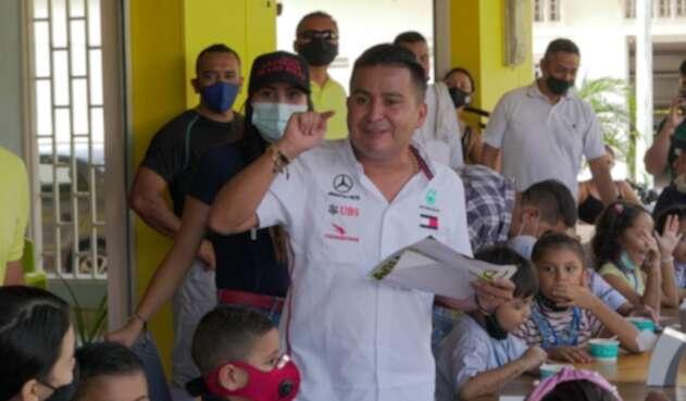 Jorge Laverde dona tablets en la Dorada, Caldas.