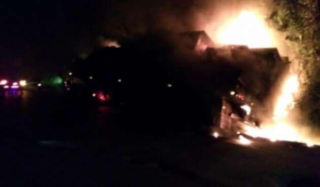 Imagen referencial de otra quema de vehículos en Antioquia.