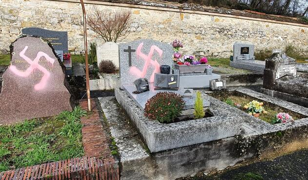 Tumbas profanadas con símbolo nazi