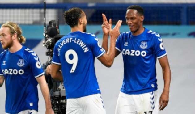 Yerry Mina juega con el Everton