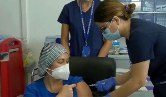 Zulma Riquelme, primera chile en recibir vacuna de Pfizer
