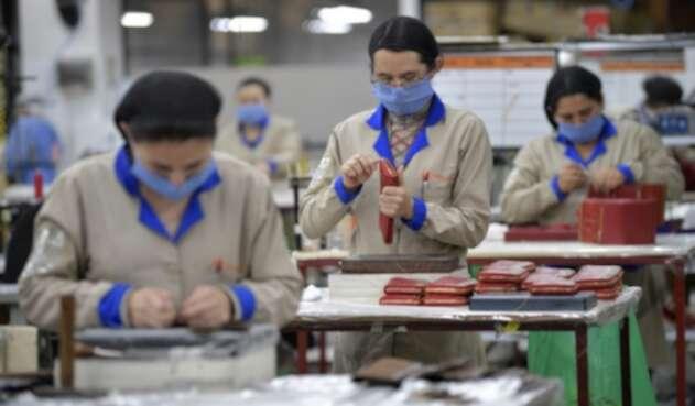 Trabajadoras de una fábrica de cueros.
