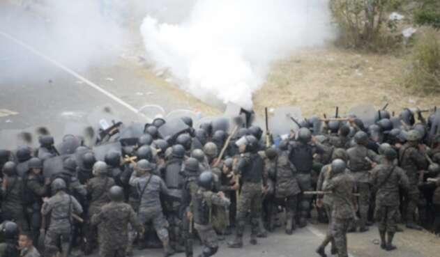 Caravana migrante hondureña es devuelta con violencia en Guatemala | La FM