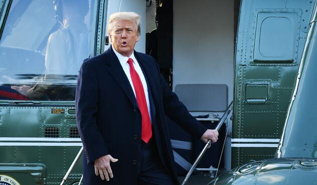 Donald Trump aborda helicóptero para salir de la Casa Blanca