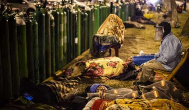 Peruanos esperando por pipeta de oxígano