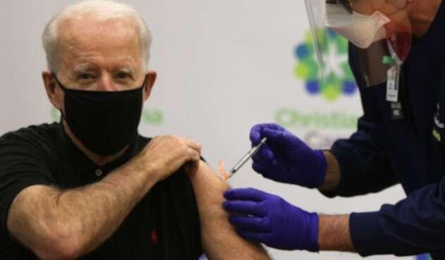 Joe Biden recibe la vacuna de Pfizer y BioNTech
