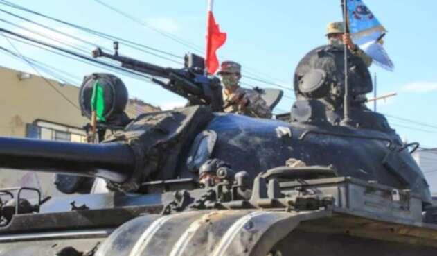 Tanques enviados a Tumbes, Perú, para controlar la llegada de migrantes
