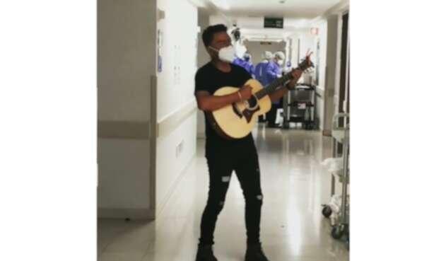 Alex Campos cantando en hospital, donde su padre fue hospitalizado