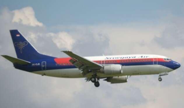 Desaparece avión comercial en Indonesia