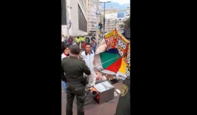Comerciante de la calle pelea con policía de Bogotá