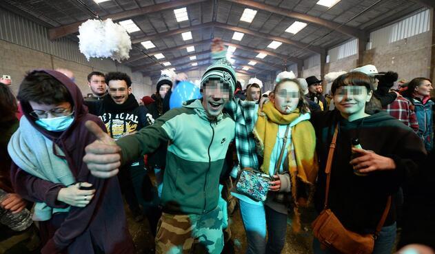 Fiesta clandestina en un hangar en Francia