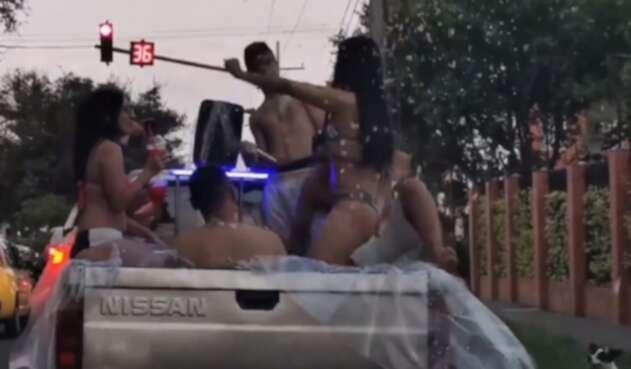 Fiesta en el platón de una camioneta