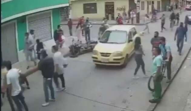 Ladrones se estrellan tras robar a mujer