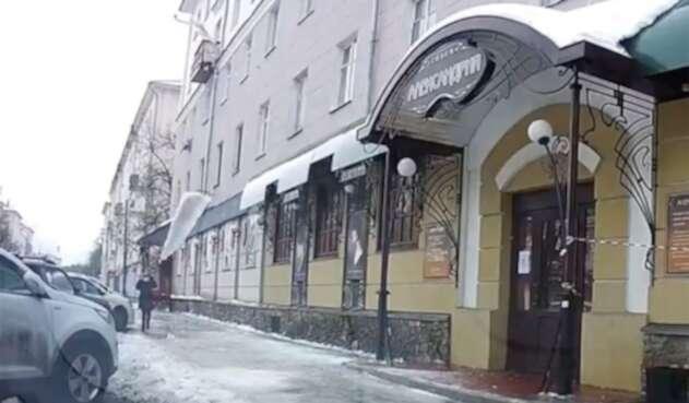 Mujer casi muere aplastada por bloque de hielo