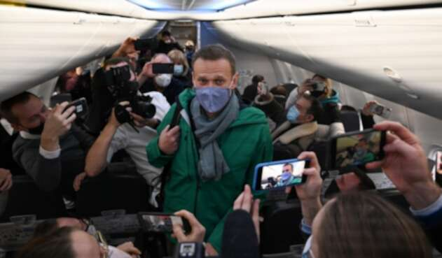 Alexéi Navalni dentro de avión que lo llevaba a Rusia