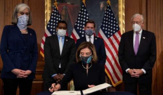Nancy Pelosi firmando aprobación de juicio político a Trump