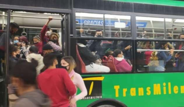 Transmilenio lleno en Bogotá durante  pico de la pandemia