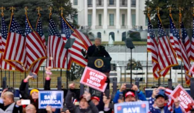 Donald Trump frente a la Casa Blanca