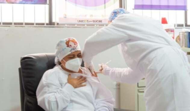 Veronica Machado recibe la primera vacuna contra covid-19 en Colombia
