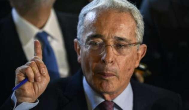 Exsenador Álvaro Uribe Vélez.