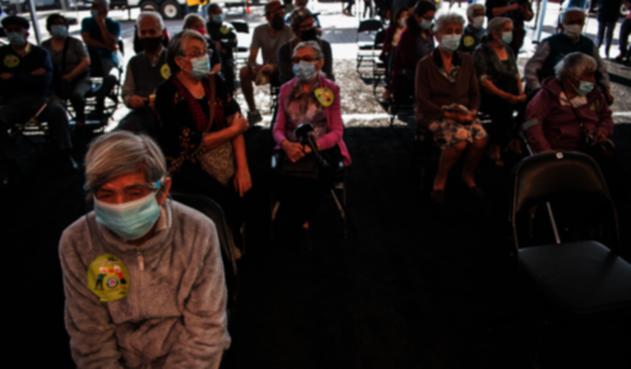 Adultos mayores esperan vacunación en Chile