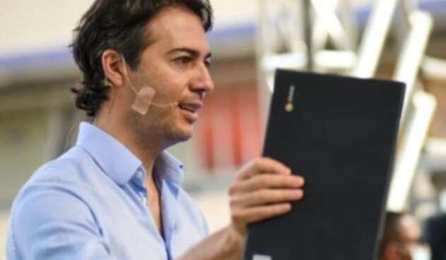 Daniel Quintero Calle entrega computador