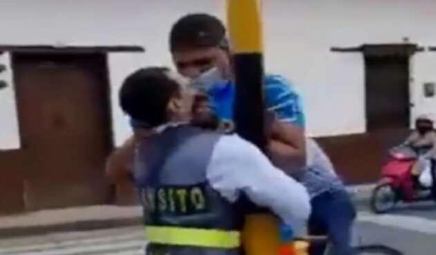 Brutal agresión de un grandulón a una agente de tránsito