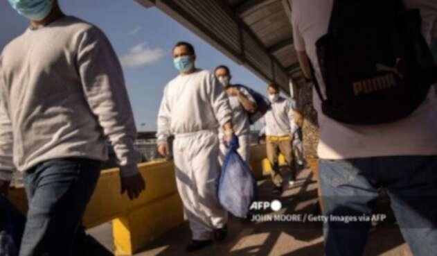 Migrantes mexicanos cruzan hacia EE.UU.
