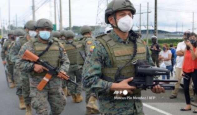 Militares en Ecuador intentan controlar motines en cárceles