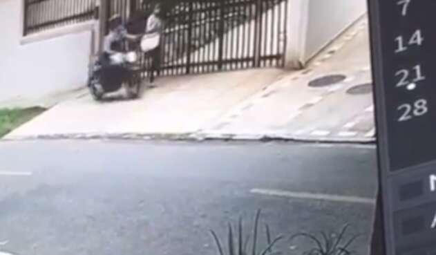 Mujer le raparon el bolso y la hicieron caer