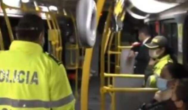 Policías estarán dentro de los buses de Transmilenio para prevenir robos.