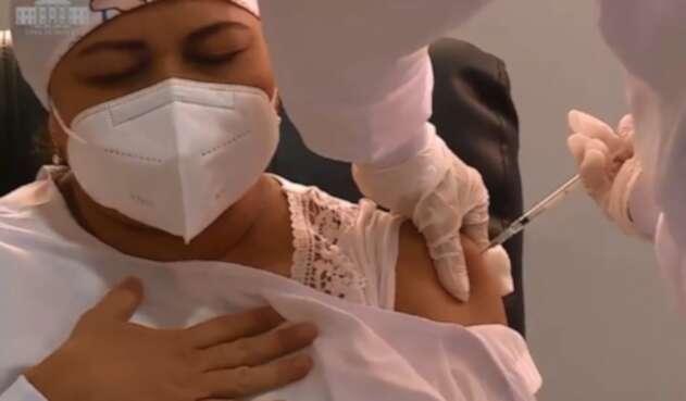 Verónica Machado, primera en recibir vacuna contra covid-19 en Colombia