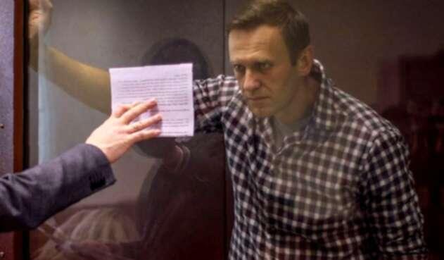 Alexei Navalni dentro de una celda de vidrio durante una audiencia judicial en Moscú.