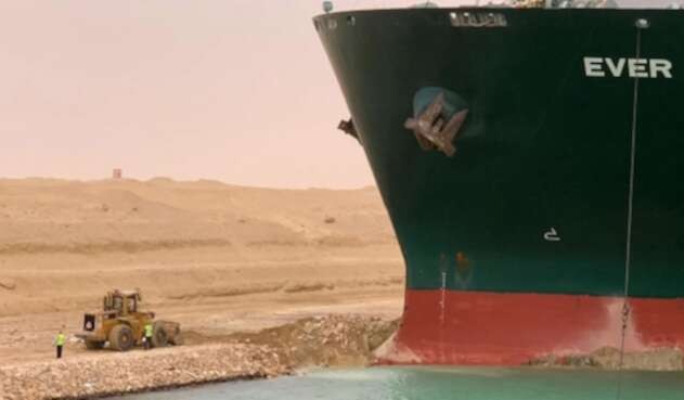Banco encallado en el Canal del Suez