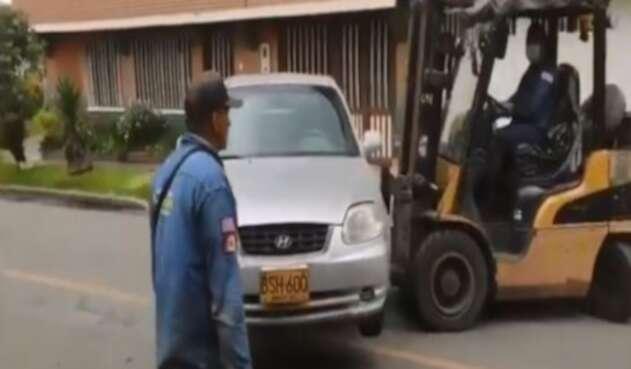 Carro retirado con montacarga en Bogotá